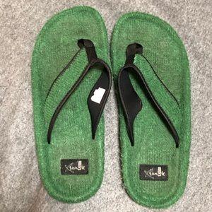 Sanuk faux grass material flip flops. Size 11.